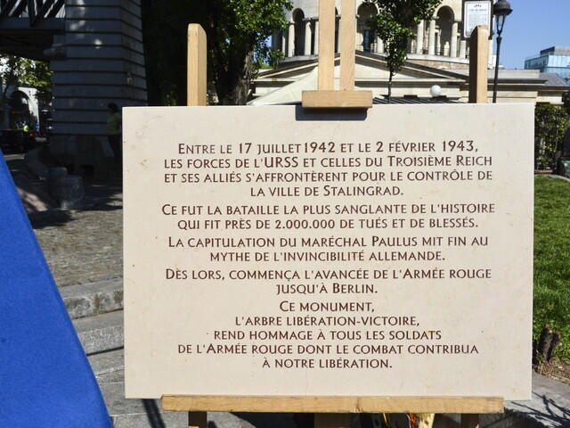 In Paris a memorial plaque in honor of the victory at Stalingrad.
